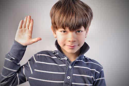 Hvordan håndtere at barna dine lyver til deg