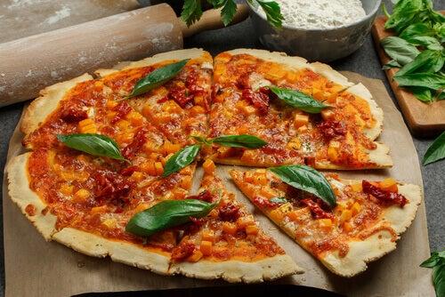 En sunn hjemmelaget pizza laget på blomkålsbunn.