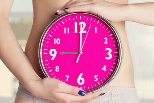 Kvinne holder en klokke