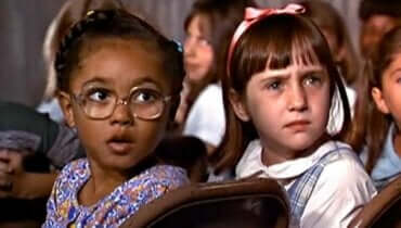 Matilda er en av de mest underholdende filmene man kan glede seg over med barn under karantenen