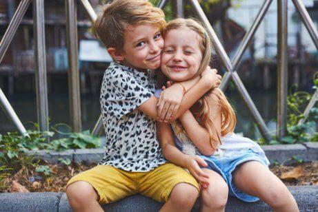 Å ha et søsken som er nærme i alder har sine fordeler.