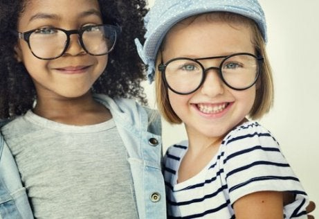 Hvordan vite om barnet ditt trenger briller