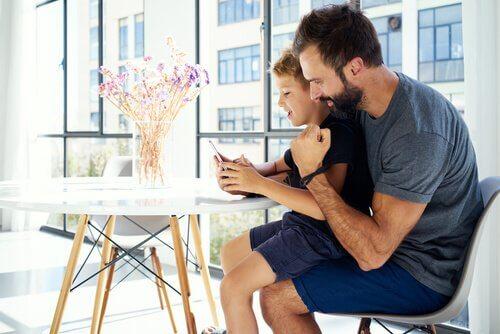 Bør foreldre sjekke barnas mobiltelefoner?