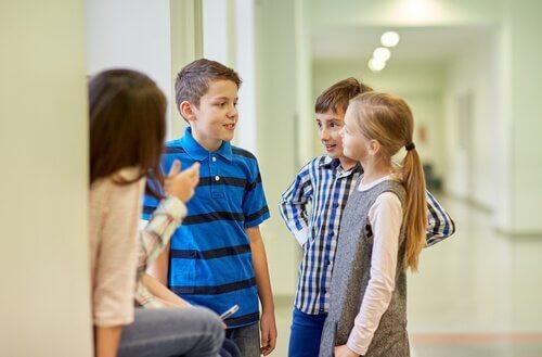 Barn som snakker sammen på skolen.