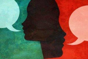 Bilde som viser to ansikter med snakkebobler.