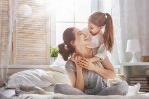 En mor sammen med barnet sitt.