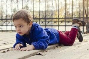 Et barn som ligger på magen.