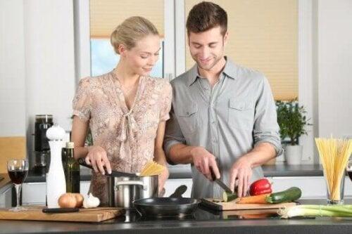 Et par som står på kjøkkenet og lager middag sammen