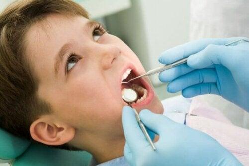 Hva du skal gjøre hvis barnet ditt skader en tann