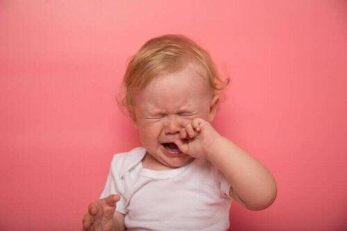 Hva er symptomene på at en baby får tenner?