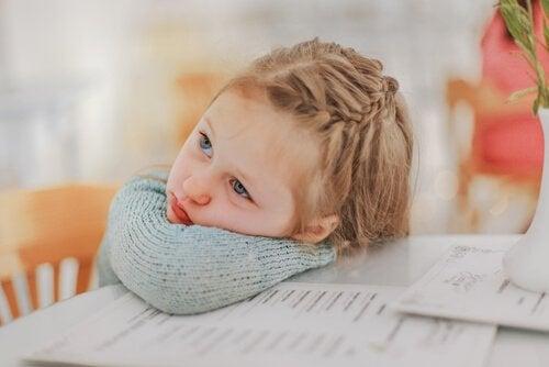 Hvordan påvirkes barn av det å stille klokka?