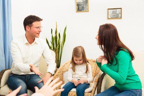 To foreldre som snakker sammen med hverandre og barna.
