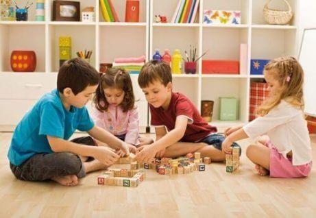 Fordeler med å utdanne barn gjennom lek