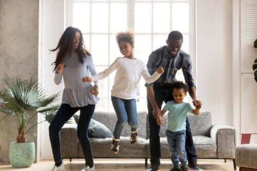 Dans, ha det gøy og forbrenn energi under koronastengningen