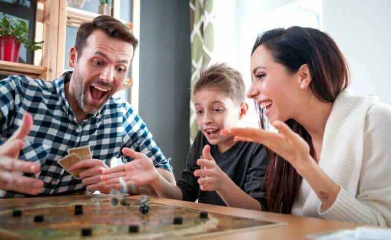 Brettspill og kortspill å spille under koronapandemien