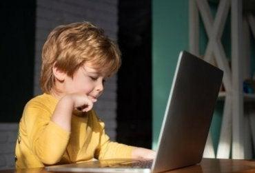 En gutt som bruker en bærbar datamaskin