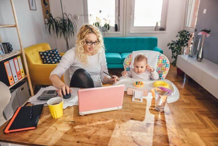 Utfordringen med å ta vare på barna mens du jobber hjemmefra