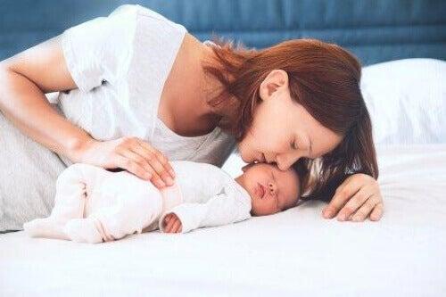 Amming og koronavirus: Kan man amme om man er smittet?