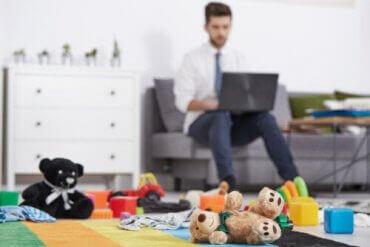 En mann som jobber i stuen sin