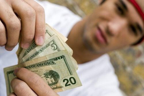 Det finnes både fordeler og ulemper med å gi barn ukelønn.