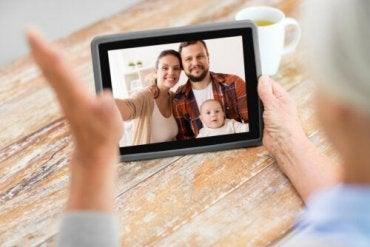 En familie på en videosamtale
