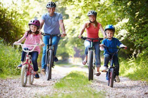 En familie som er ute på sykkeltur i skogen