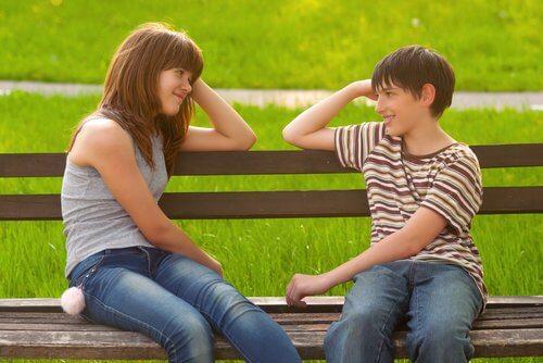 To ungdommer på en benk