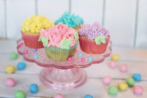 Cupcakes er en populær rett i en baby shower.