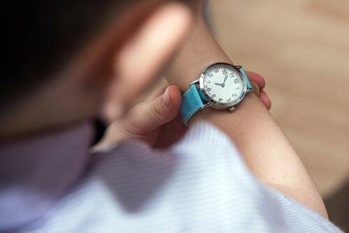 Hvorfor du bør lære barna dine å være punktlige