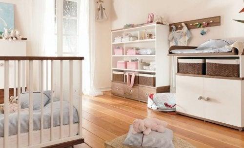 Lagring på babyens rom kan være vanskelig å få til noen steder.