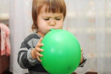 barn blåser opp ballong