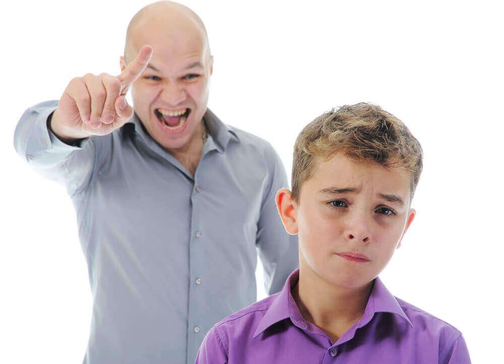 Hvilket stemmeleie bør du bruke når du korrigerer barna dine?