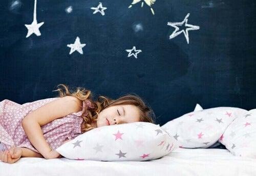 Jente sover alene