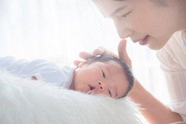 Hvordan hjelpe barnet ditt med å overføre fra en sprinkelseng til barneseng