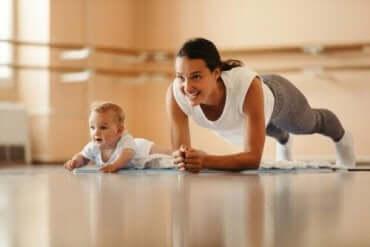 En baby som etterligner moren sin som trener