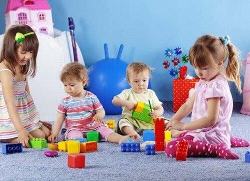Barn leker med hverandre