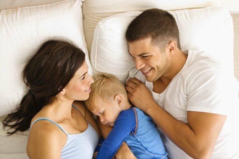 Hvor lenge bør barn sove på foreldrenes rom?