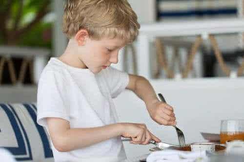 Ved hvilken alder kan et barn bruke kniv og gaffel?