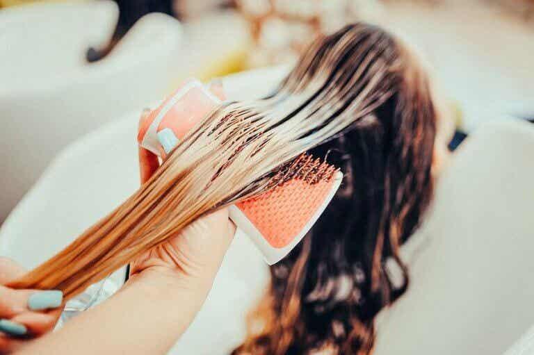 Er det trygt å farge håret når man ammer?