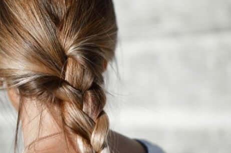 Er det trygt å farge håret ditt når du ammer?