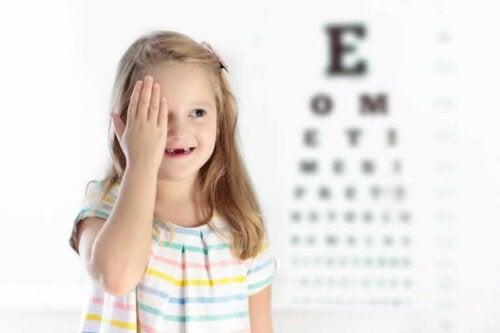 Dovent øye hos barn: Årsaker, symptomer og behandling