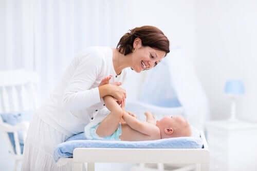 En mor sammen med babyen sin