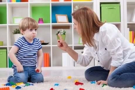 En mor som underviser et barn