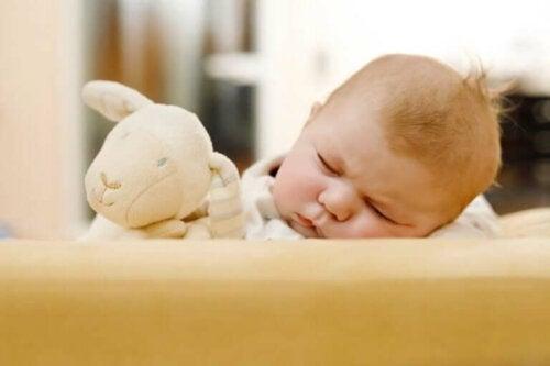Håravfall hos nyfødte: Årsaker og behandling