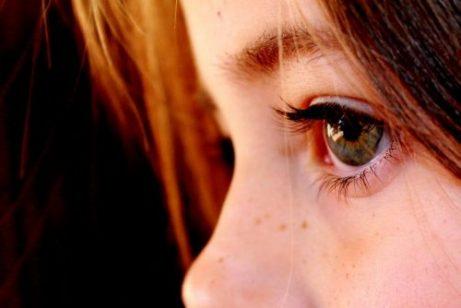 Jente med et dovent øye.