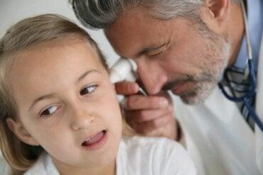 Hvordan behandle problemer relatert til falske mandler hos barn