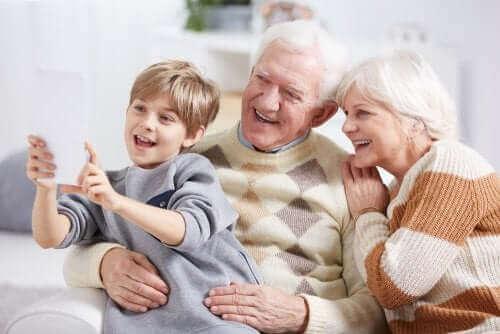 Et barn som tar en selfie sammen med besteforeldrene sine.