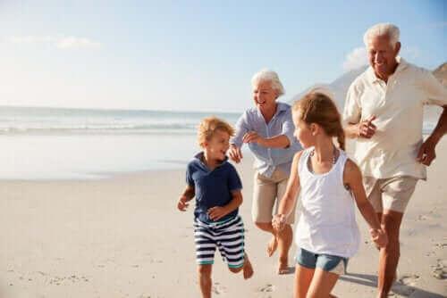 Besteforeldre og barnebarn på stranden