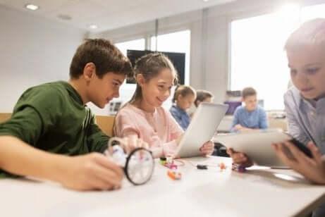 Barn som siter i et klasserom og jobber