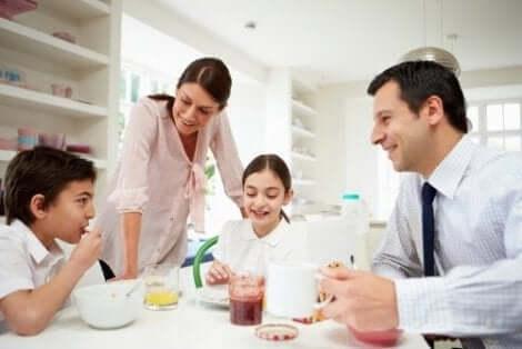 En familie som sitter rundt frokostbordet